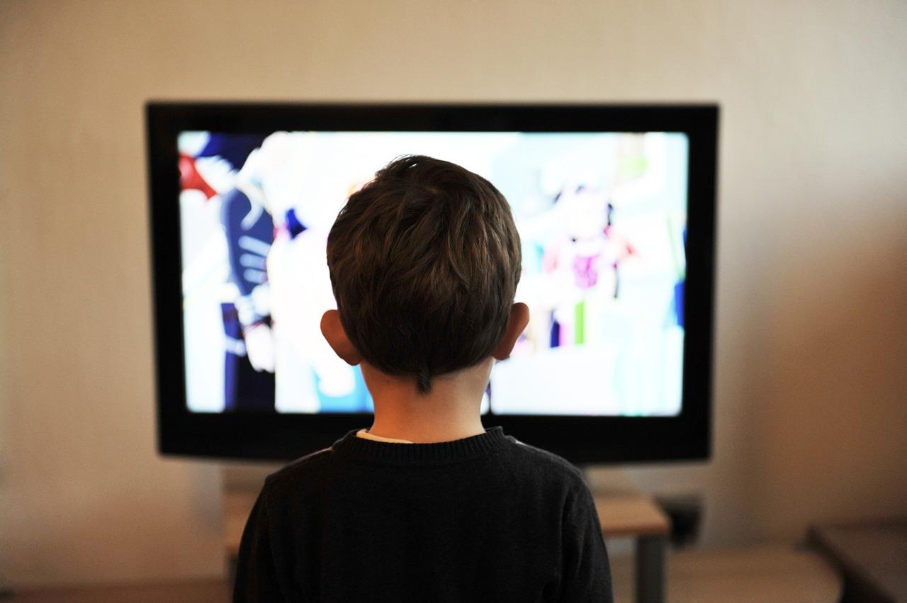 Barn titta på TV